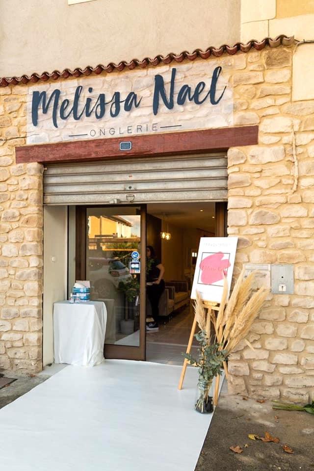 Décoration et agencement Institut de Nail Art à Marseille - Devanture de l'institut en pierre et herbe de la pampa en pot, par Myll décors , Agence de décoration à Aix en Provence et dans le Var