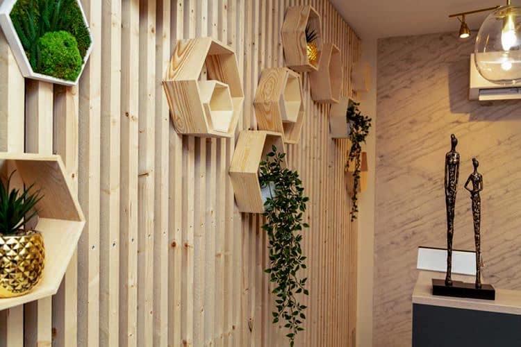 Décoration et agencement Institut de Nail Art à Marseille - Espace accueil avec claustra bois et mur en feuille de pierre, par Myll décors , Agence de décoration à Aix en Provence et dans le Var