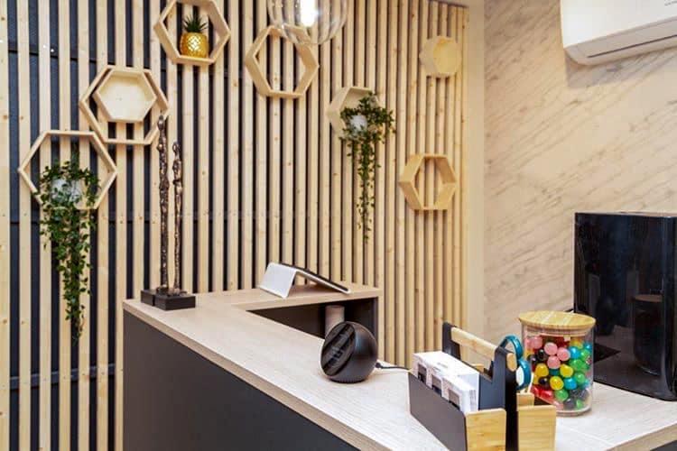 Décoration et agencement Institut de Nail Art à Marseille - Espace accueil avec mur en tasseaux de bois et étagères hexagonales en bois, par Myll décors , Agence de décoration à Aix en Provence et dans le Var