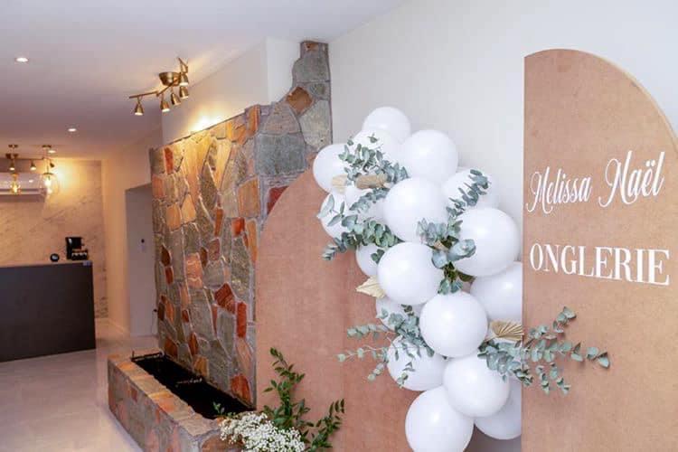 Décoration et agencement Institut de Nail Art à Marseille - Espace accueil avec mur fontaine d'eau en pierres, par Myll décors , Agence de décoration à Aix en Provence et dans le Var