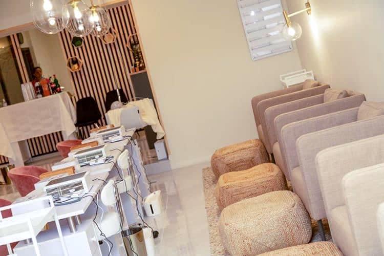 Décoration et agencement Institut de Nail Art à Marseille - Espace manucure pédicure avec fauteuils en lin beige et poufs en chanvre, par Myll décors , Agence de décoration à Aix en Provence et dans le Var