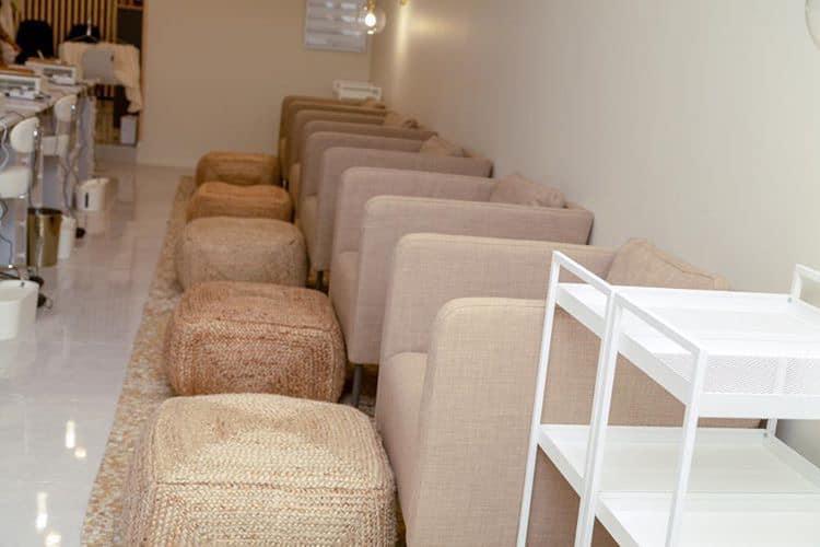 Décoration et agencement Institut de Nail Art à Marseille - Espace pédicure avec fauteuils en linge beige et repose pied en chanvre, par Myll décors , Agence de décoration à Aix en Provence et dans le Var