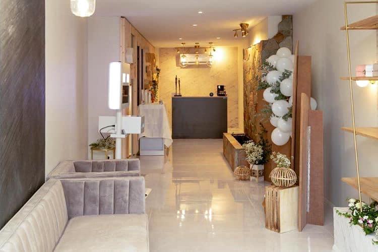 Décoration et agencement Institut de Nail Art à Marseille - Espace salon d'attente avec canapé en velours et carrelage en marbre blanc, par Myll décors , Agence de décoration à Aix en Provence et dans le Var