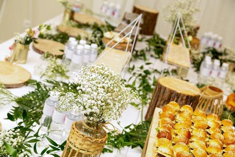 Décoration et agencement Institut de Nail Art à Marseille - buffet inauguration champêtre avec fleurs blanches, par Myll décors , Agence de décoration à Aix en Provence et dans le Var