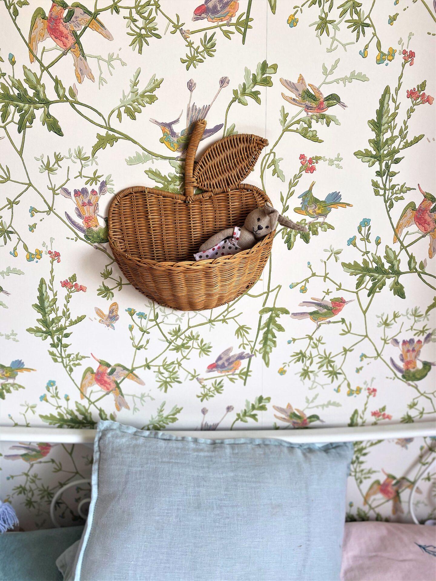Décoration et agencement Villa à Saint Maximin - La chambre fille avec papier peint oiseaux et pomme en rotin, par Myll décors , Agence de décoration à Aix en provence et dans le Var