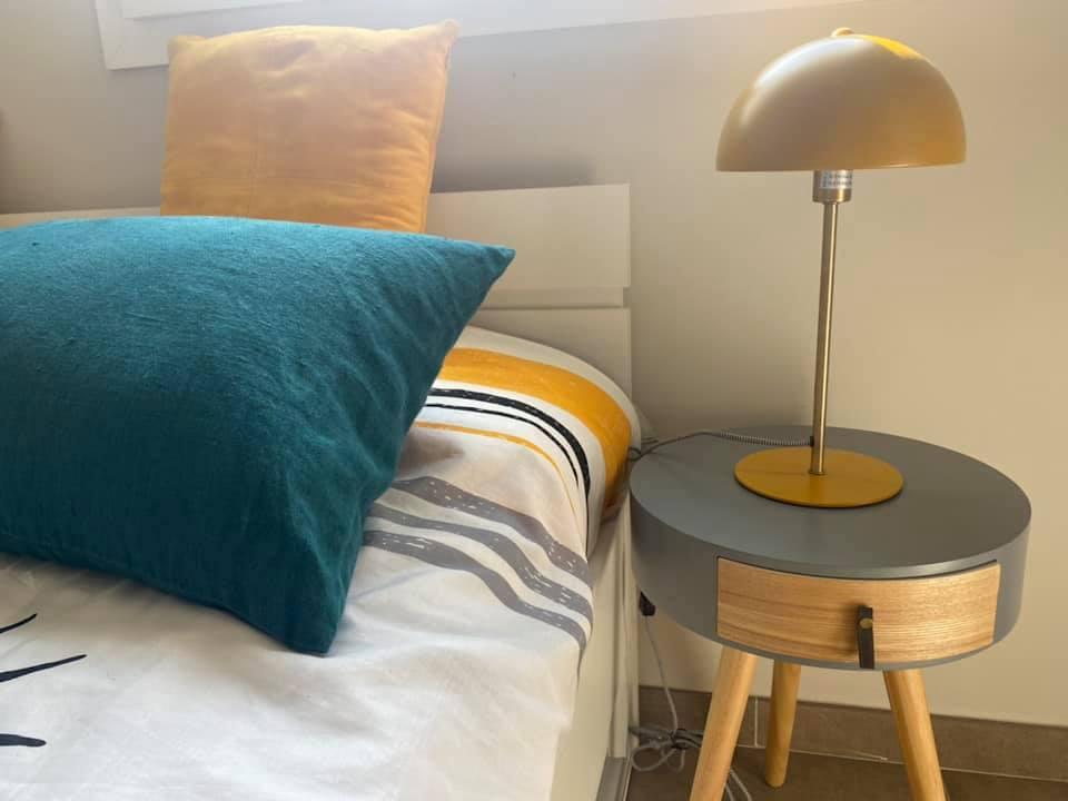 Décoration et agencement Villa à Saint Maximin la Sainte baume- La chambre d'adolescent avec lampe champignon, par Myll décors , Agence de décoration à Aix en provence et dans le Var