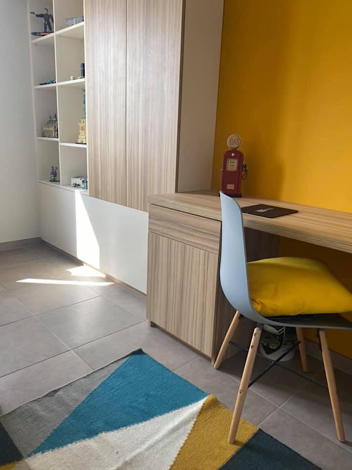 Décoration et agencement Villa à Saint Maximin la Sainte baume- La chambre d'adolescent moutarde bleu et gris, par Myll décors , Agence de décoration à Aix en provence et dans le Var
