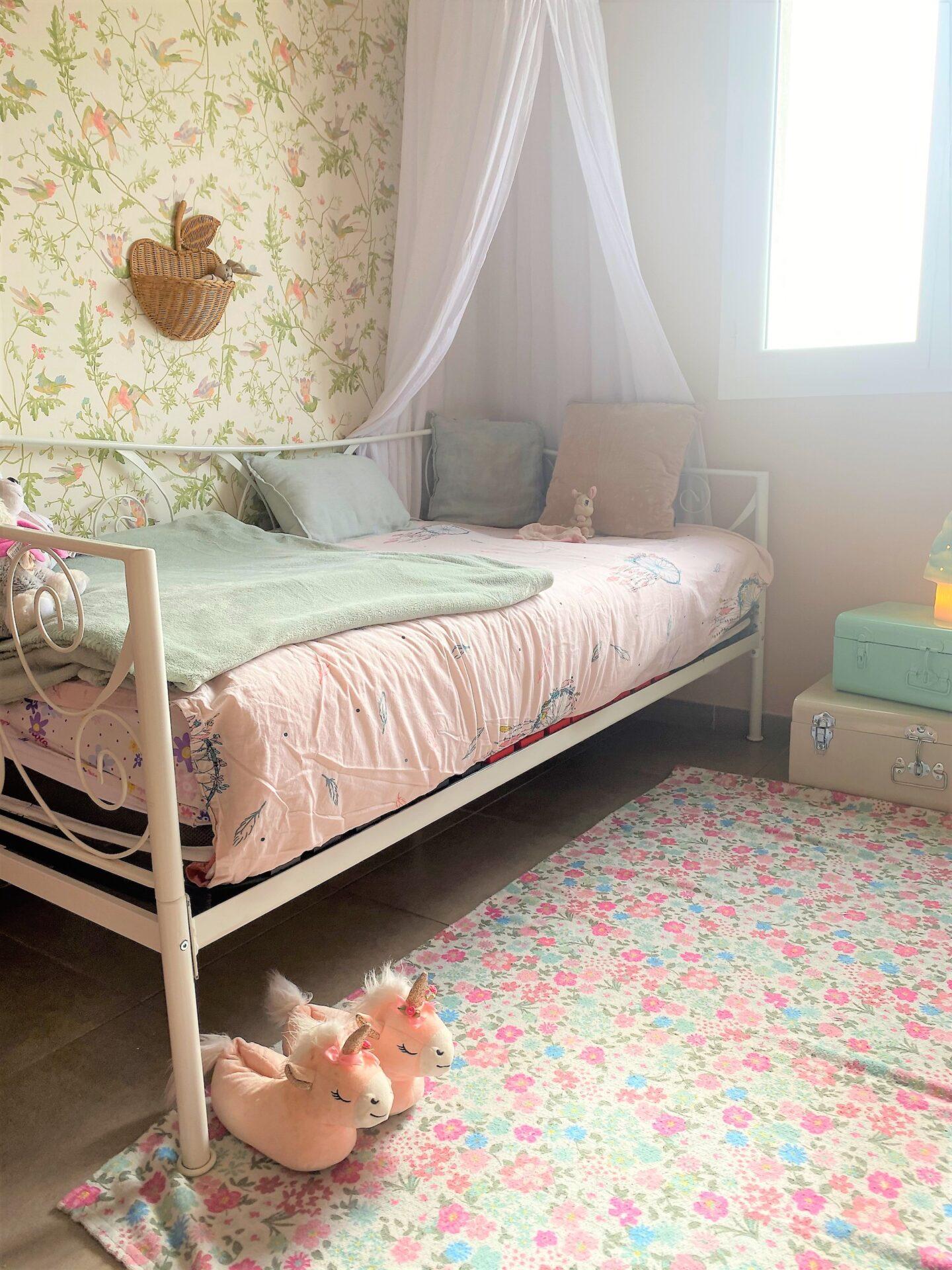 Décoration et agencement Villa à Saint Maximin la Sainte baume- La chambre fille au tapis à fleurs rose, par Myll décors , Agence de décoration à Aix en provence et dans le Var