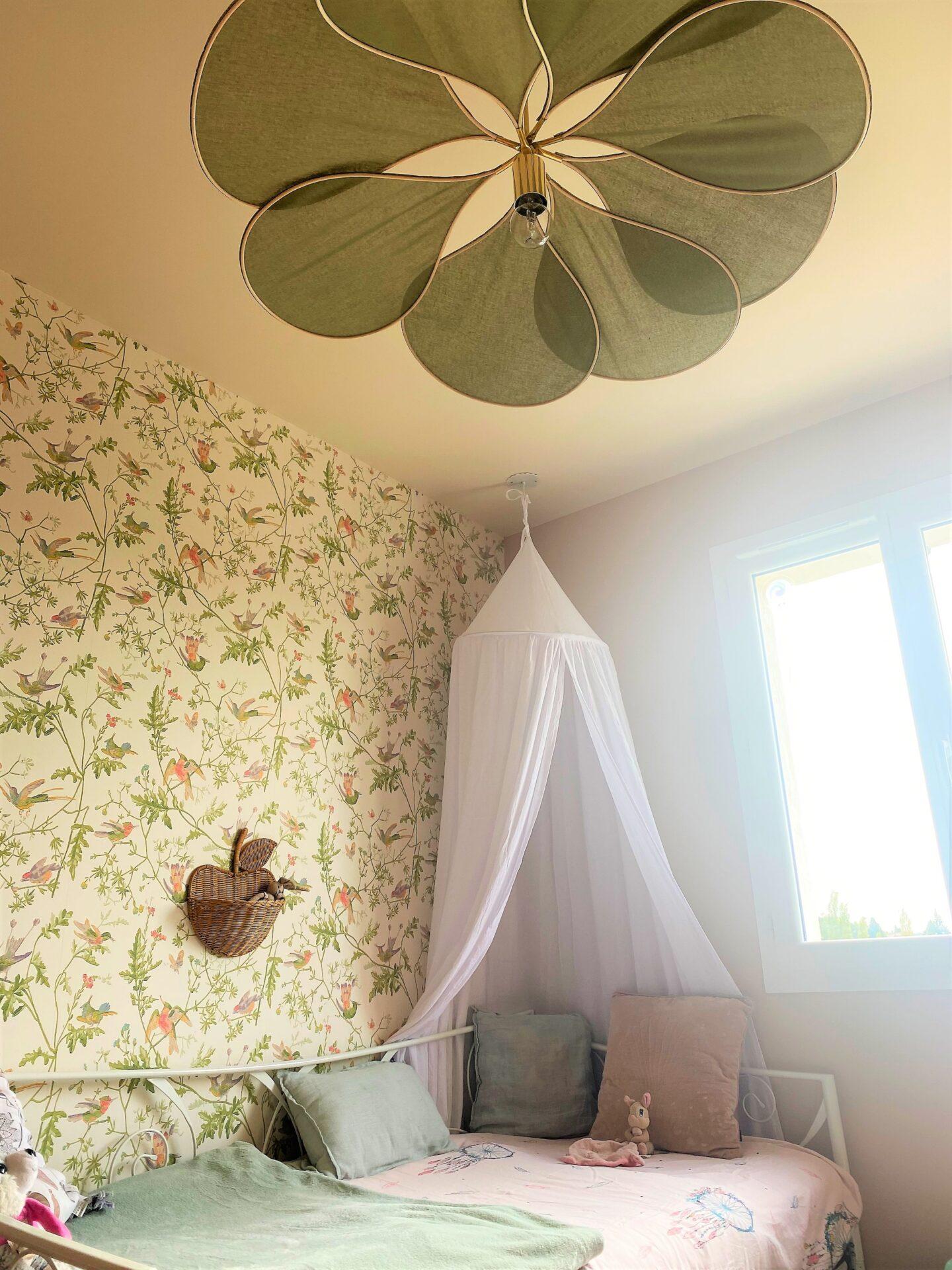 Décoration et agencement Villa à Saint Maximin la Sainte baume- La chambre fille avec ciel de lit blanc, par Myll décors , Agence de décoration à Aix en provence et dans le Var