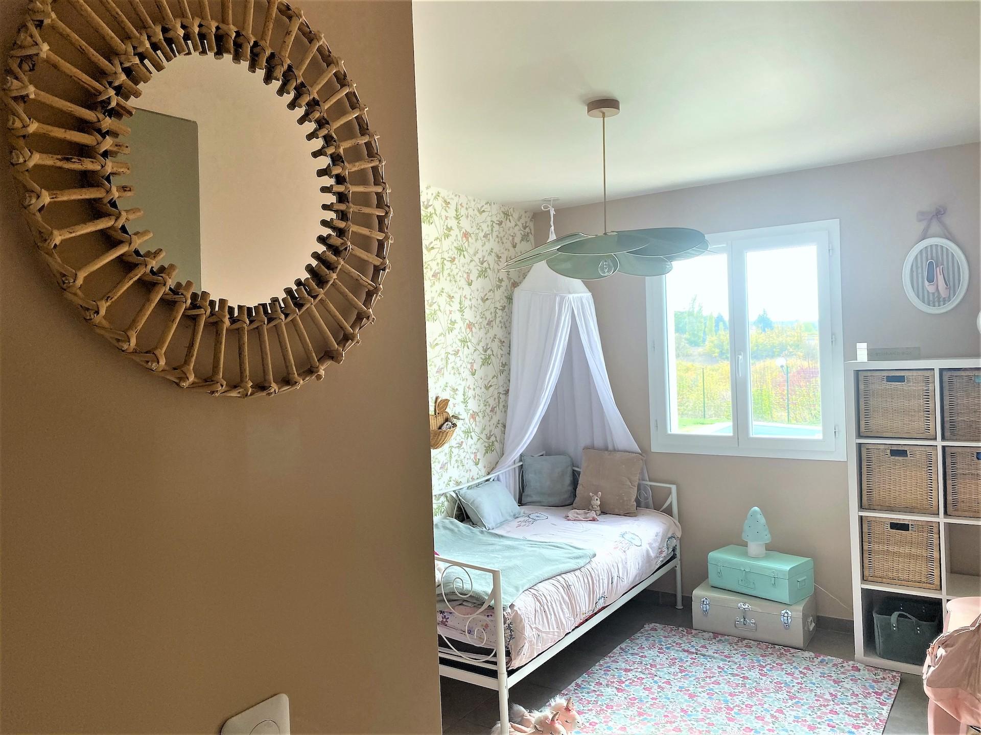 Décoration et agencement Villa à Saint Maximin la Sainte baume- La chambre fille avec miroir en rotin, par Myll décors , Agence de décoration à Aix en provence et dans le Var