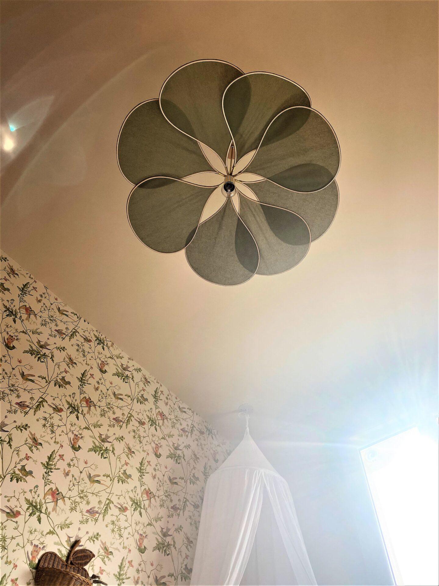 Décoration et agencement Villa à Saint Maximin la Sainte baume- La chambre fille avec suspension pâle georges, par Myll décors , Agence de décoration à Aix en provence et dans le Var