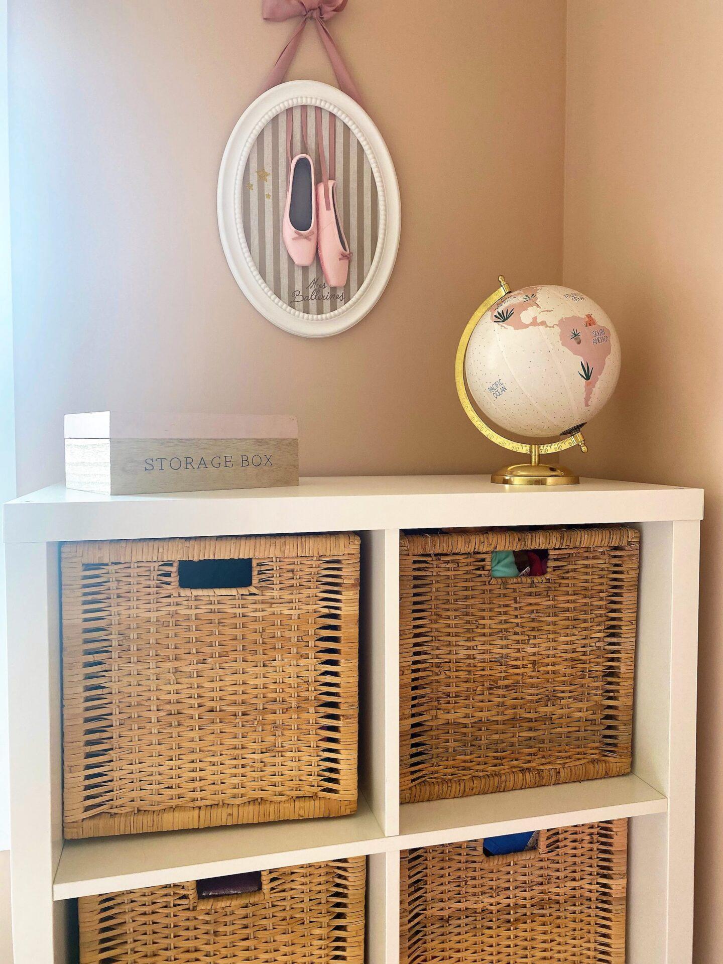 Décoration et agencement Villa à Saint Maximin la Sainte baume- La chambre fille rose avec boites en osier, par Myll décors , Agence de décoration à Aix en provence et dans le Var