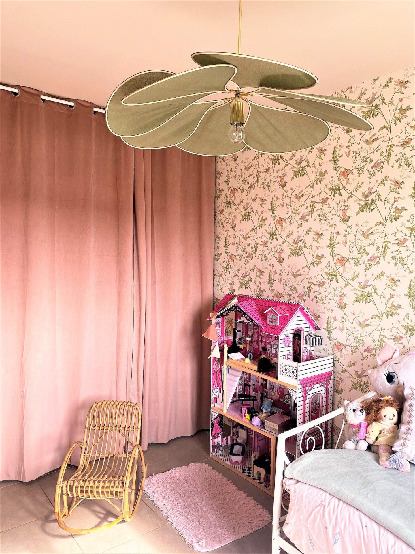 Décoration et agencement Villa à Saint Maximin la Sainte baume- La chambre fille rose avec fauteuil en rotin, par Myll décors , Agence de décoration à Aix en provence et dans le Var