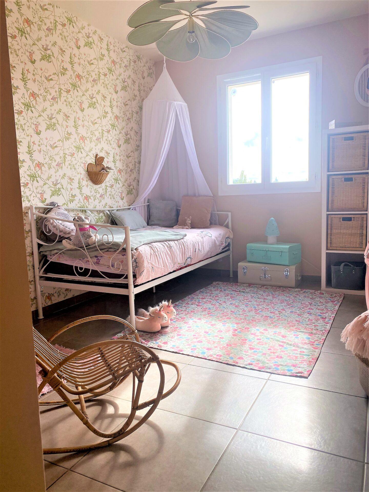 Décoration et agencement Villa à Saint Maximin la Sainte baume- La chambre fille rose pale et vert, par Myll décors , Agence de décoration à Aix en provence et dans le Var