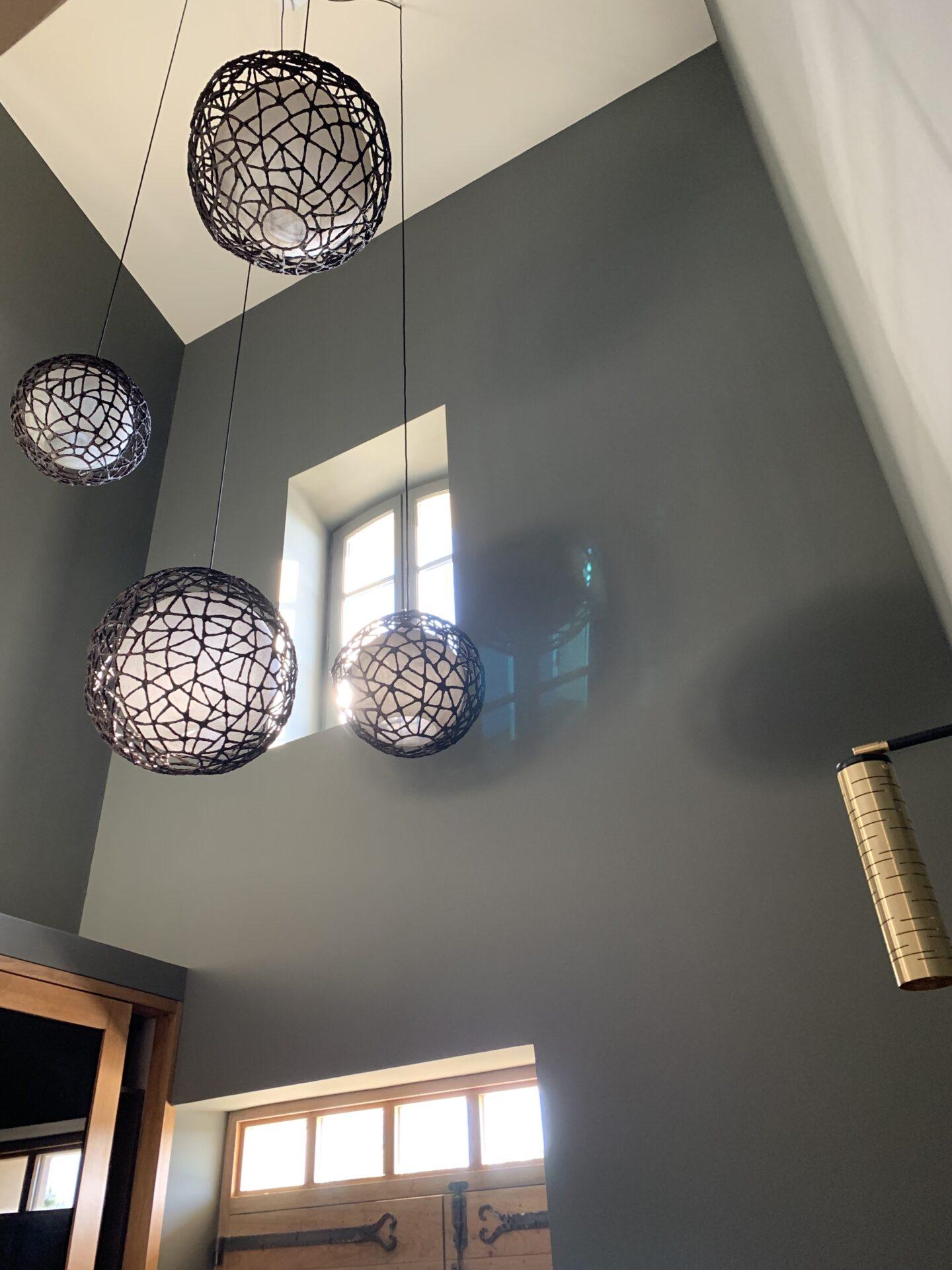 Décoration et agencement bastide à Pernes les Fontaine.- Entrée avec suspensions grande hauteur plafond ., Par Myll décors , Agence de décoration à Aix en Provence et dans le Var