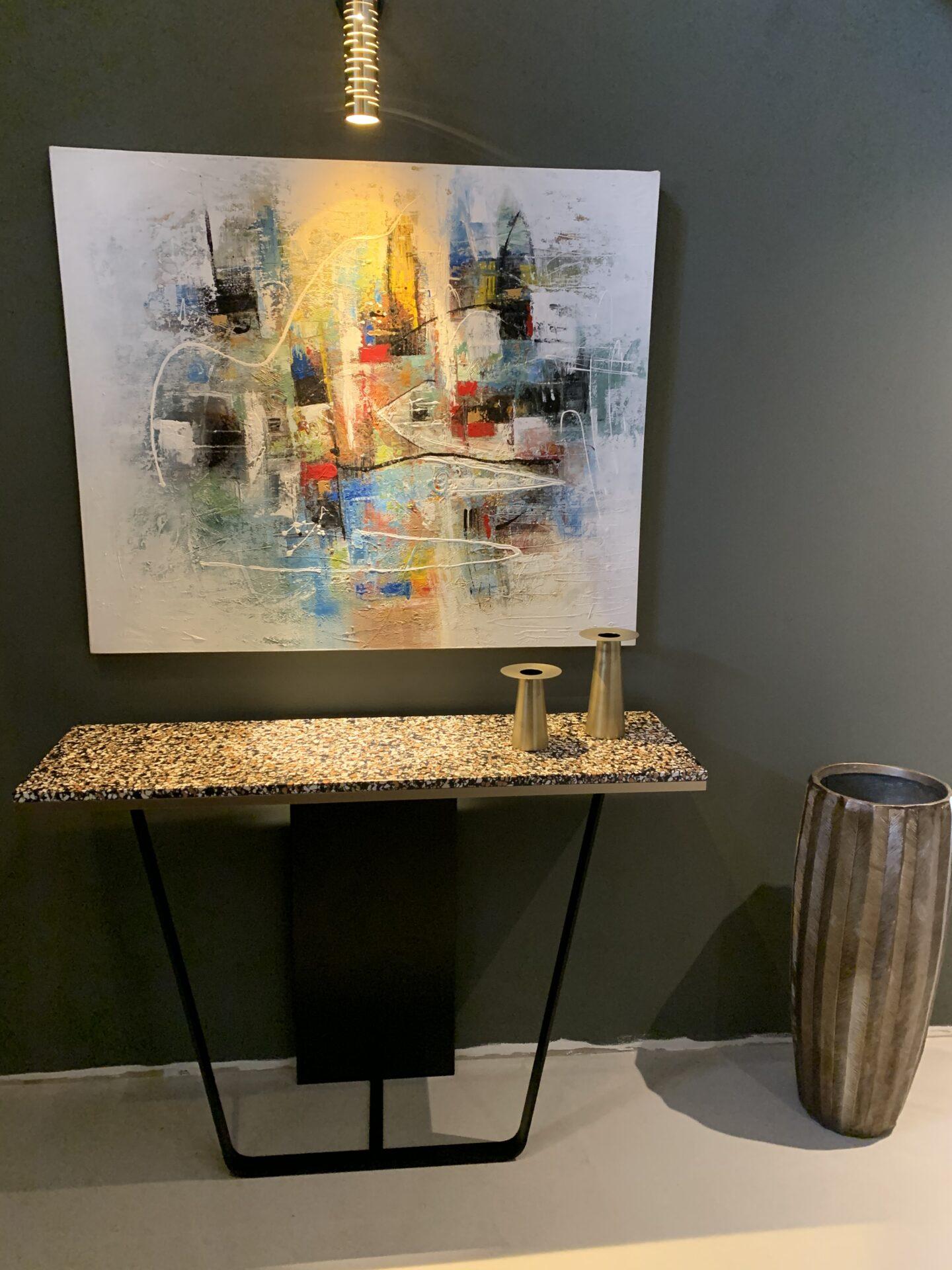 Décoration et agencement bastide à Pernes les Fontaines- Entrée avec console design en terrazzo et vases dorés., par Myll décors , Agence de décoration d'intérieur à Aix en Provence et dans le Var