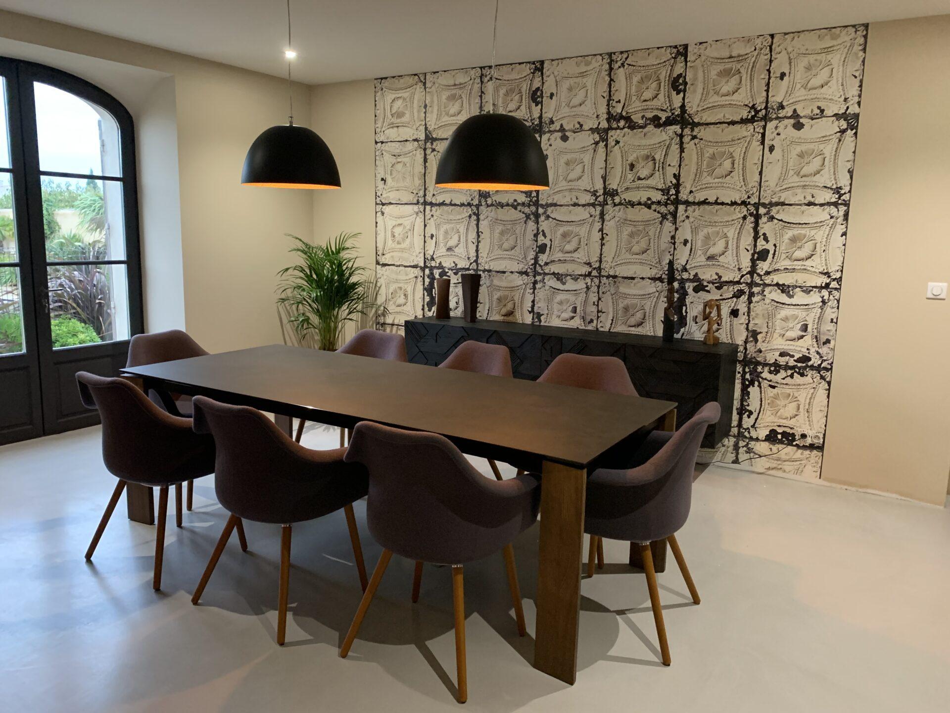Décoration et agencement bastide à Pernes les Fontaines - La salle à manger avec papier peint carreaux de ciment , par Myll décors , Agence de décoration à Aix en Provence et dans le Var