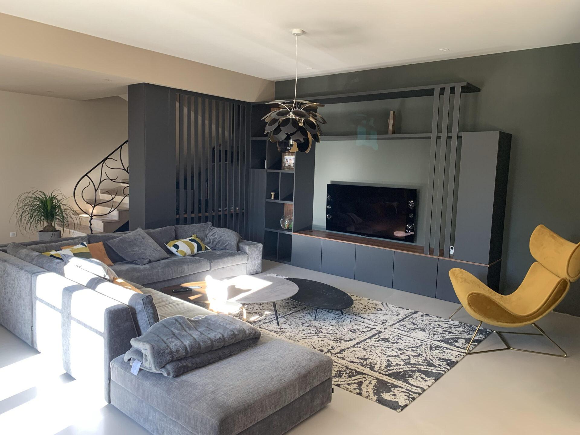 Décoration et agencement bastide à Pernes les Fontaines - Le salon avec meuble noir et bois et fauteuil velours moutarde et laiton , par Myll décors , Agence de décoration à Aix en Provence et dans le Var.