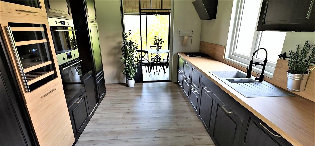 Décoration et agencement d'une villa à Ensues La Redonne- La cuisine noire et bois avec verrière, par Myll décors , Agence de décoration à Aix en Provence et dans le Var