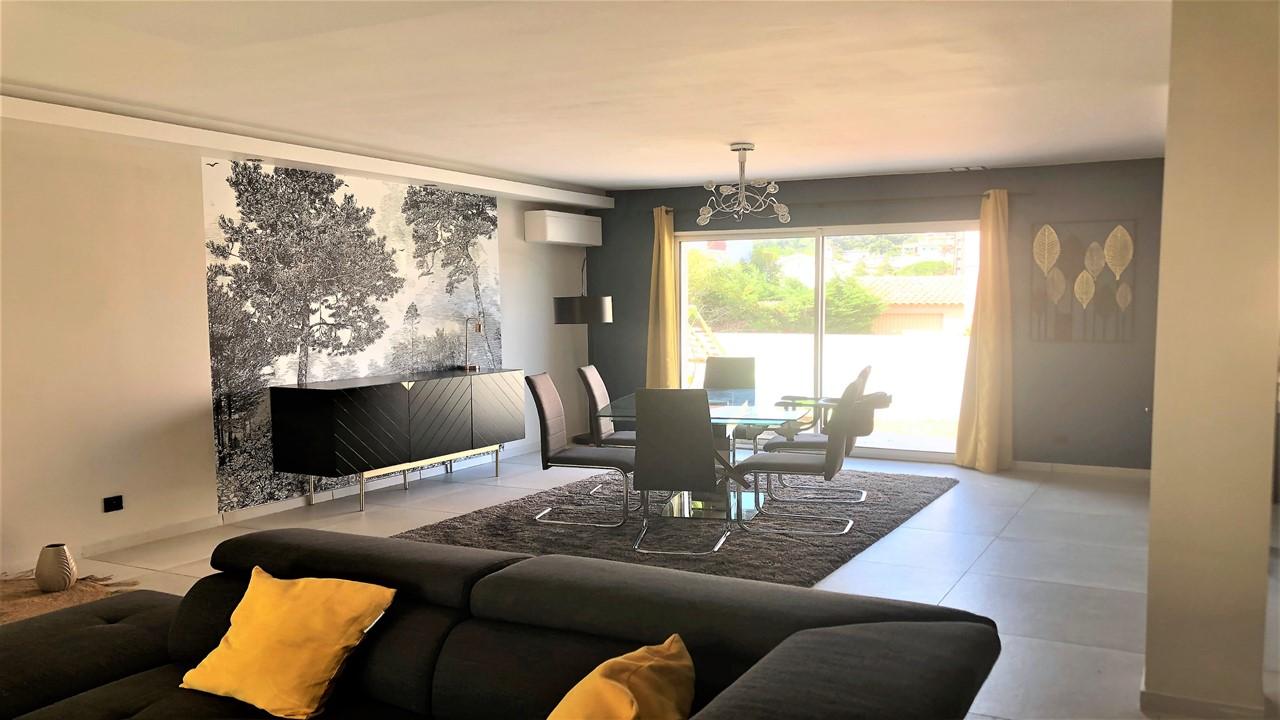 Décoration et agencement d'une villa à la Seyne sur mer- La salle à manger avec papier peint panoramique et mur bleu canard, par Myll décors , Agence de décoration à Aix en Provence et dans le Var