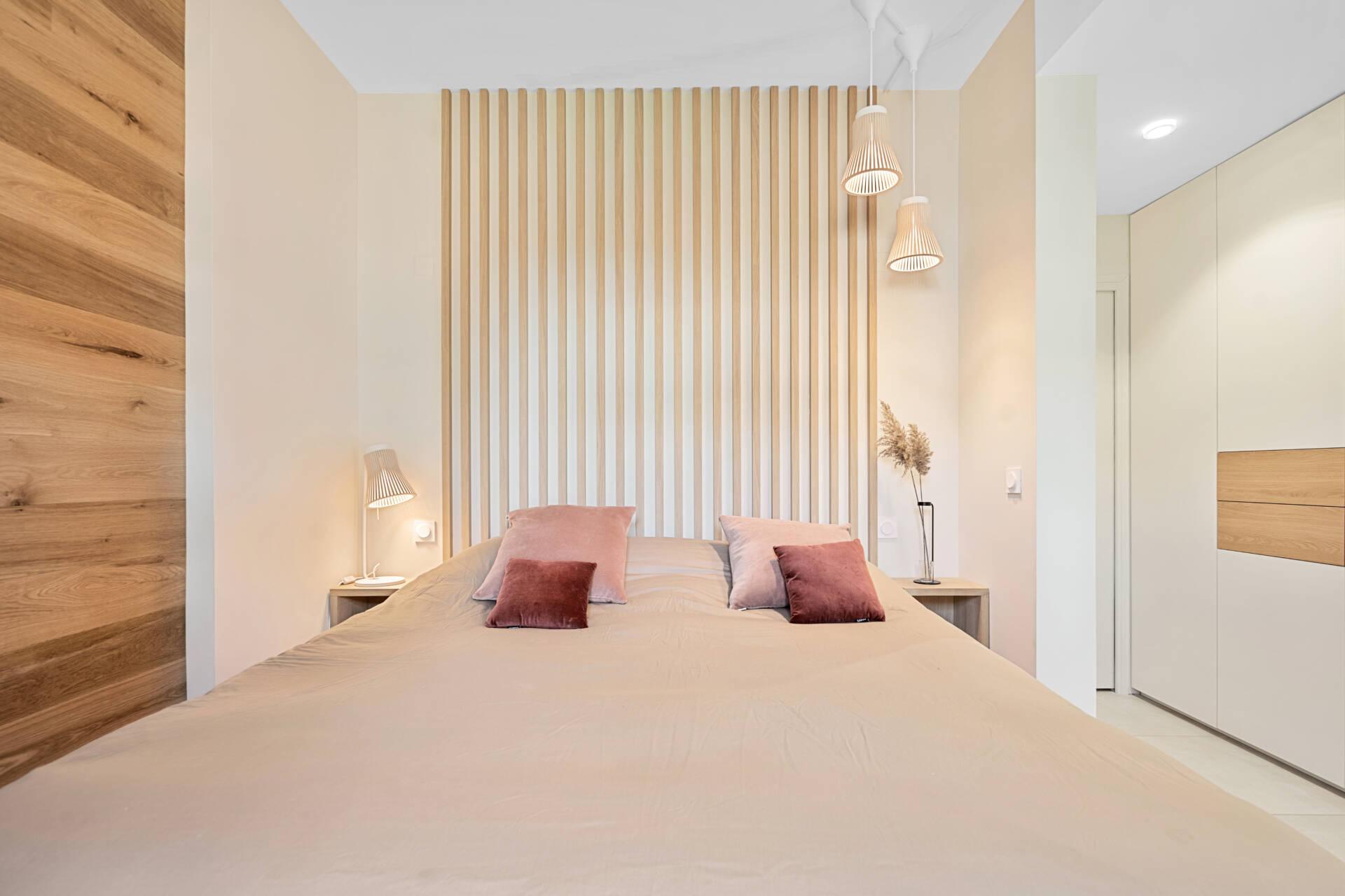 Décoration et agencement Appartement neuf Aix en Provence - Chambre avec placard étagères bois et blanc, par Myll décors , Agence de décoration à Aix en Provence et dans le Var