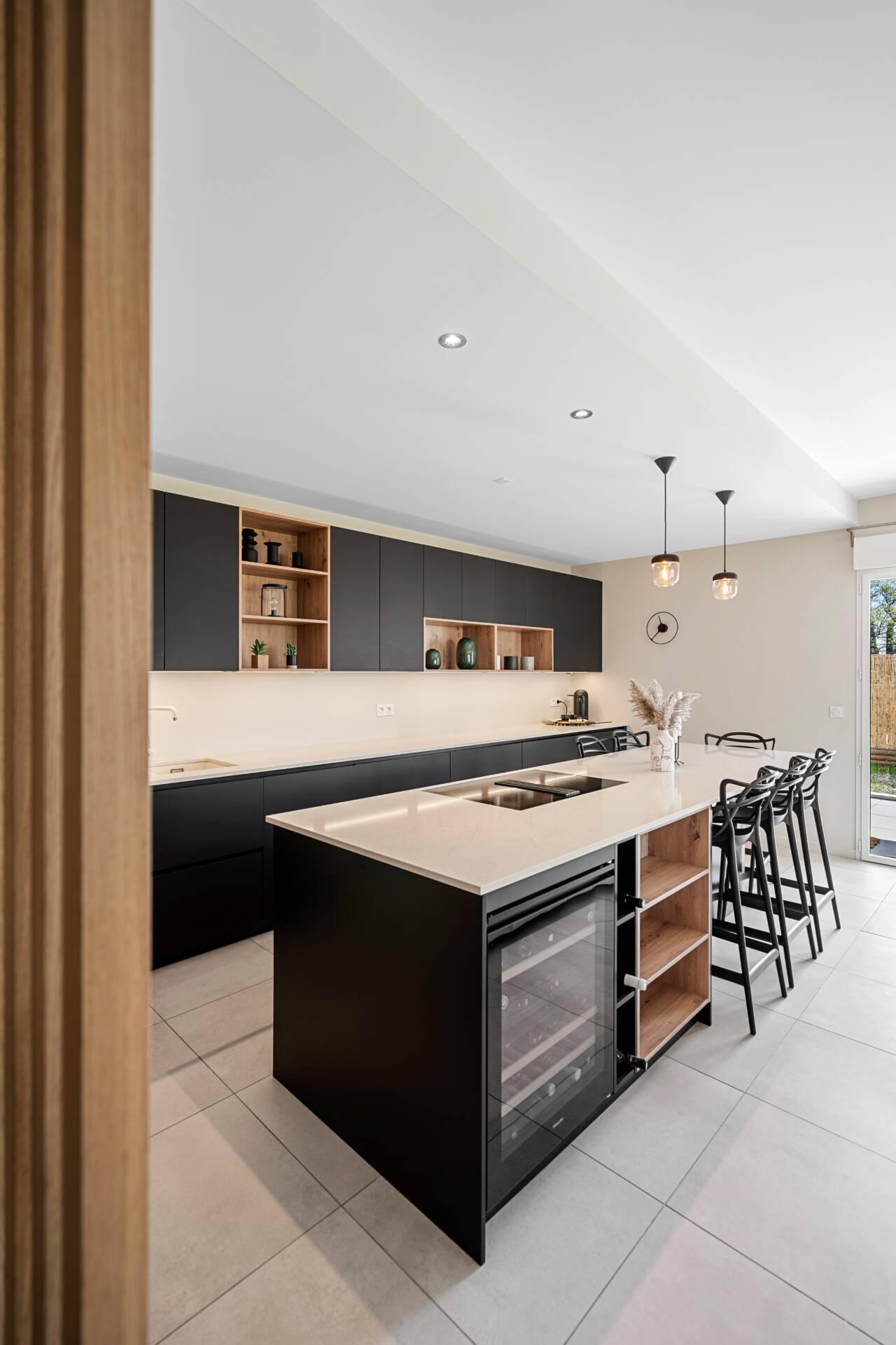 Décoration et agencement Appartement neuf Aix en Provence - Cuisine noire et bois avec îlot central et claustra, par Myll décors , Agence de décoration à Aix en Provence et dans le Var