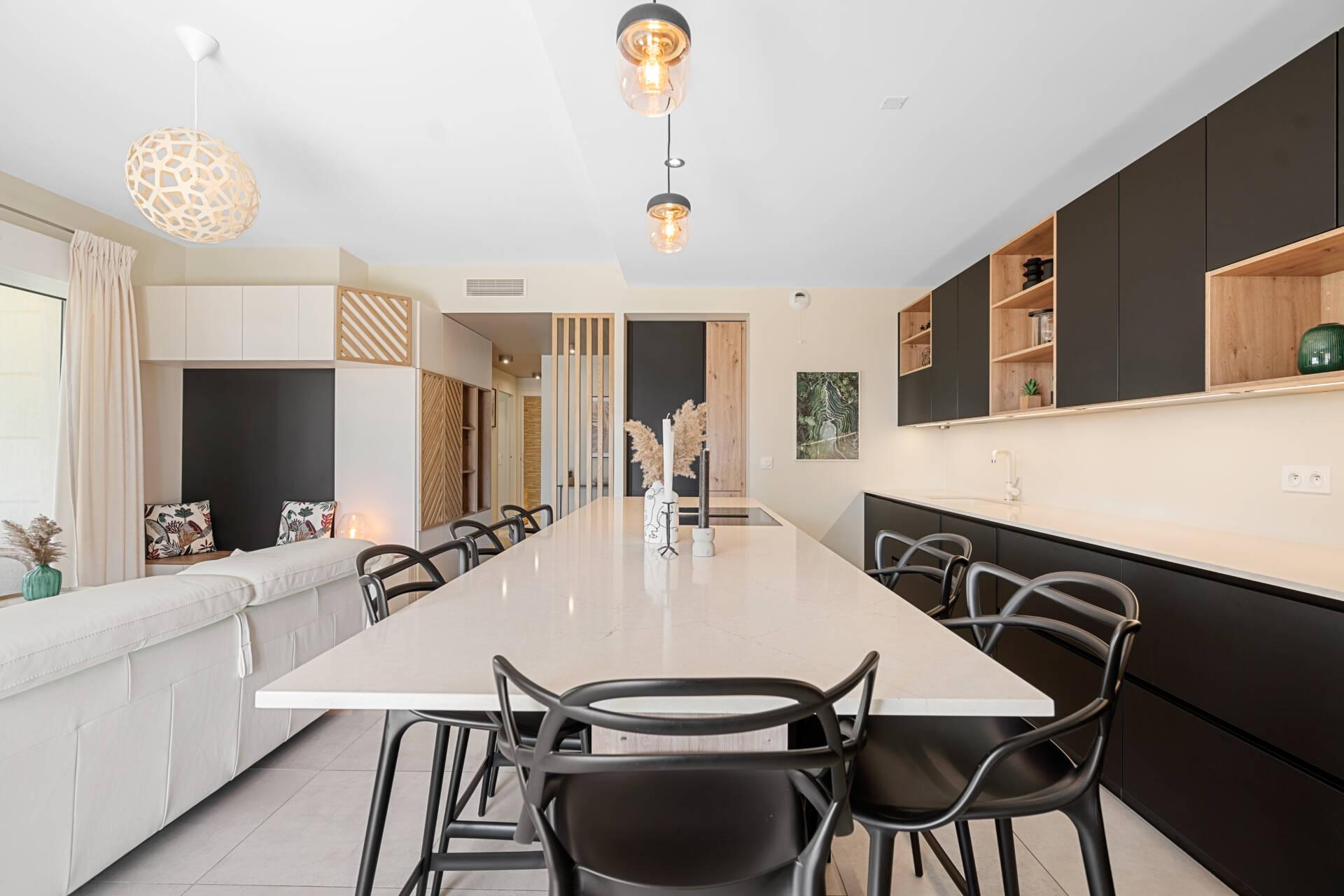 Décoration et agencement Appartement neuf Aix en Provence - Cuisine noire et bois avec meuble sur mesure et claustra, par Myll décors , Agence de décoration à Aix en Provence et dans le Var
