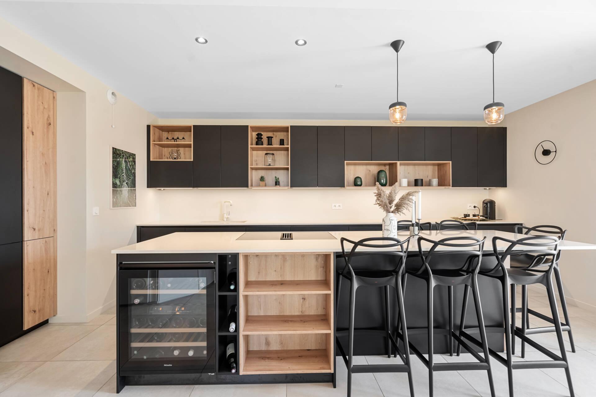 Décoration et agencement Appartement neuf Aix en Provence - Cuisine noire et bois chaises masters, par Myll décors , Agence de décoration à Aix en Provence et dans le Var