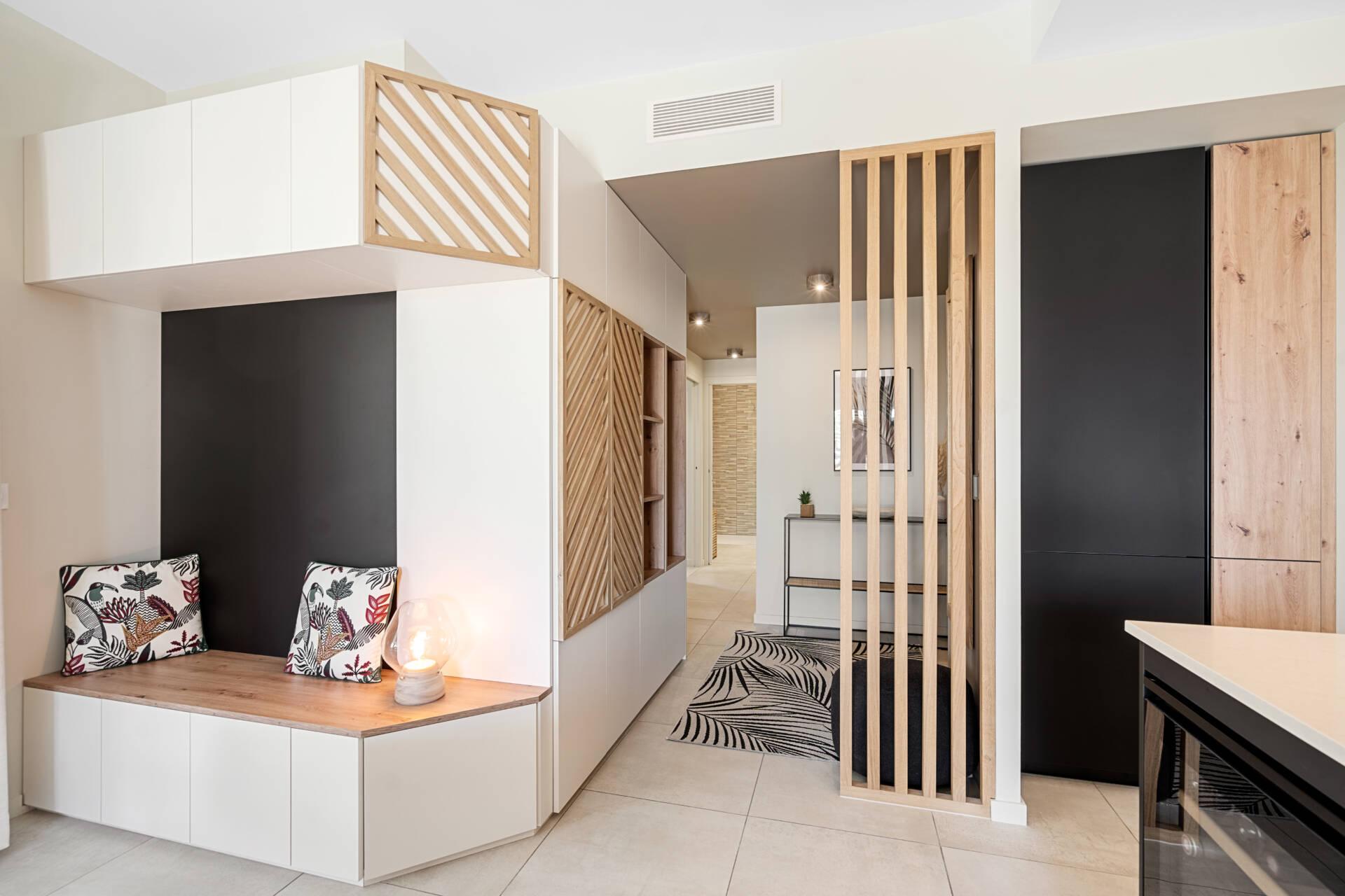 Décoration et agencement Appartement neuf Aix en Provence - Entrée avec meuble banc et claustra, par Myll décors , Agence de décoration à Aix en Provence et dans le Var