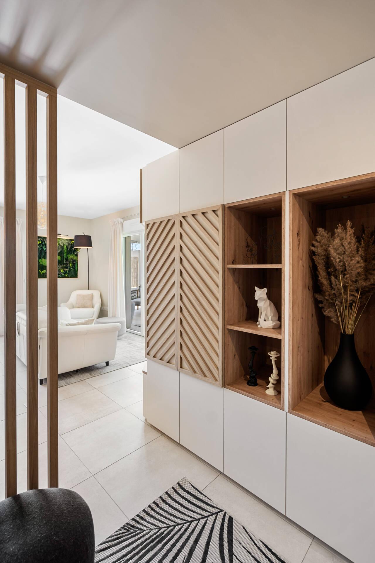 Décoration et agencement Appartement neuf Aix en Provence - Entrée avec meuble sur mesure bois et blanc (2), par Myll décors , Agence de décoration à Aix en Provence et dans le Var