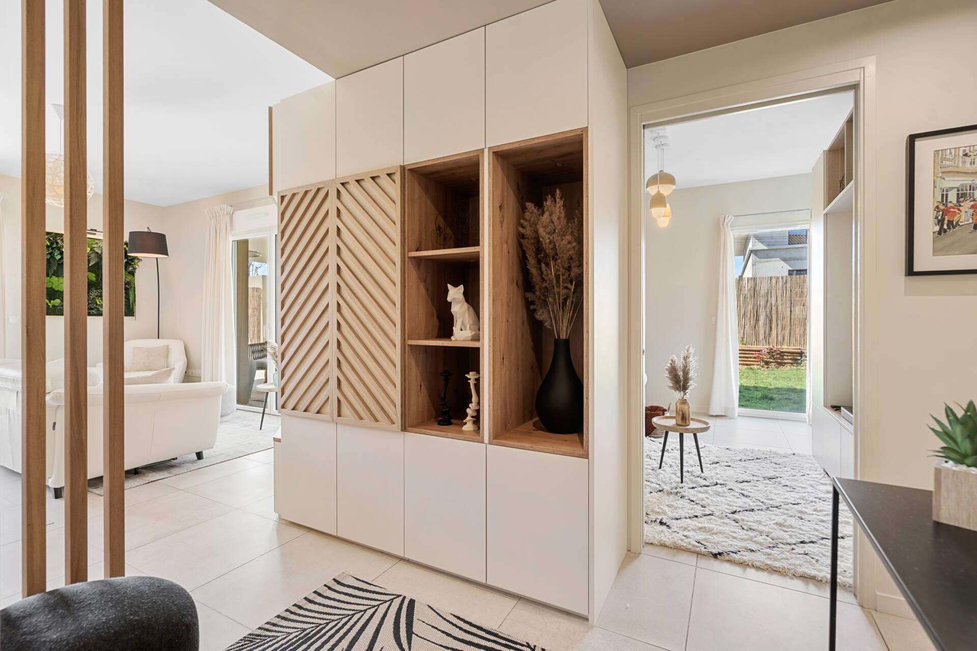 Décoration et agencement Appartement neuf Aix en Provence - Entrée avec meuble sur mesure bois et blanc, par Myll décors , Agence de décoration à Aix en Provence et dans le Var