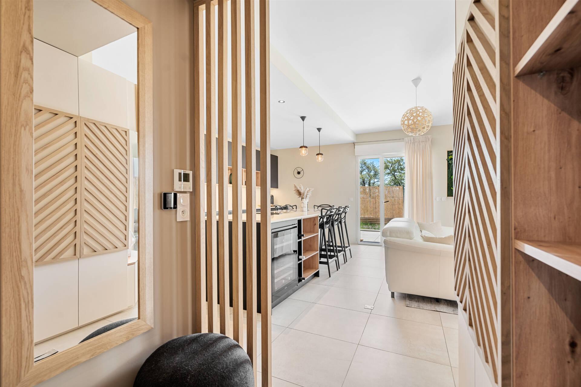 Décoration et agencement Appartement neuf Aix en Provence - Entrée avec meuble sur mesure et claustra bois, par Myll décors , Agence de décoration à Aix en Provence et dans le Var