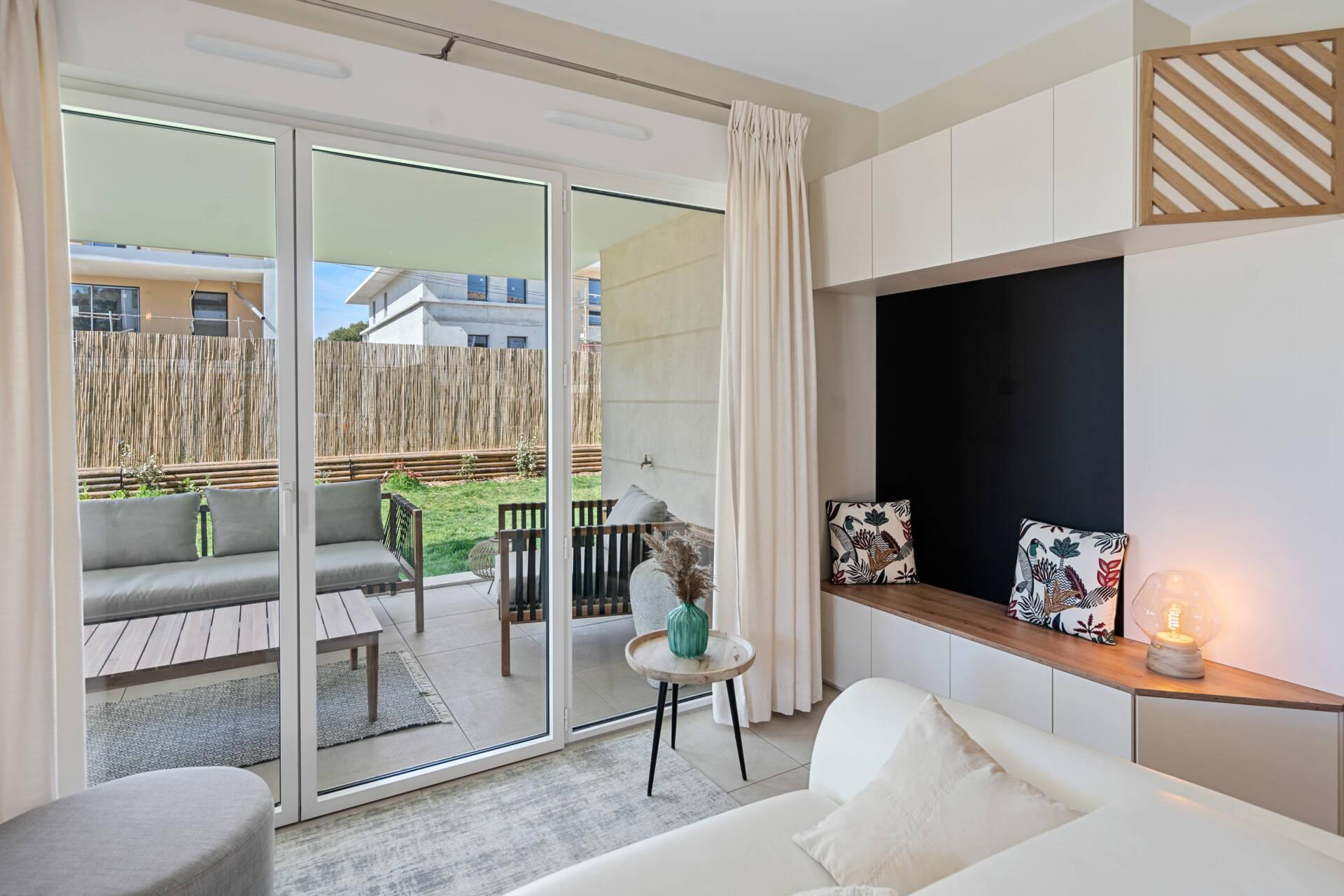 Décoration et agencement Appartement neuf Aix en Provence - Salon blanc et bois, par Myll décors , Agence de décoration à Aix en Provence et dans le Var
