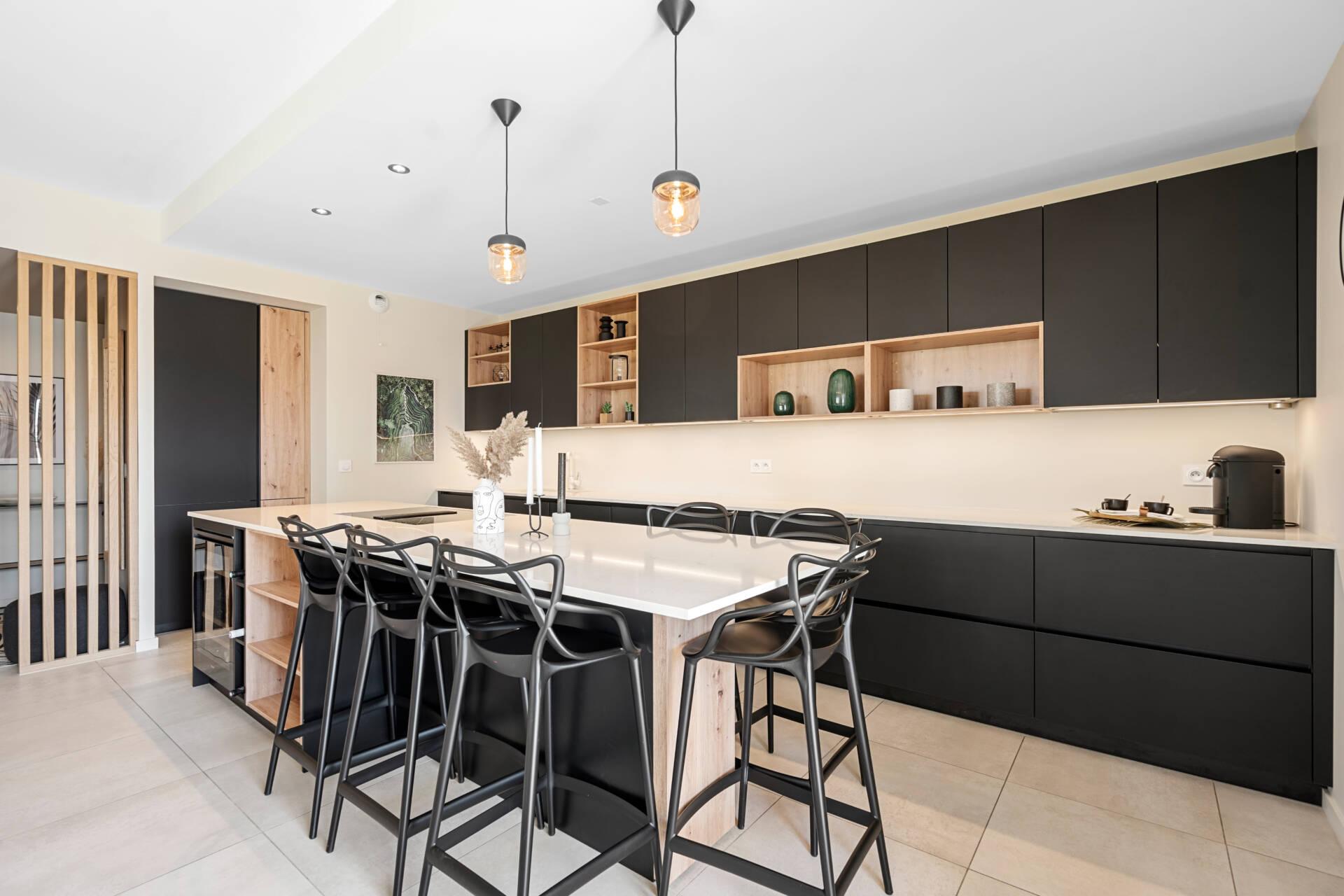 Décoration et agencement Appartement neuf Aix en Provence - cuisine noir et bois avec ilot central, par Myll décors , Agence de décoration à Aix en Provence et dans le Var