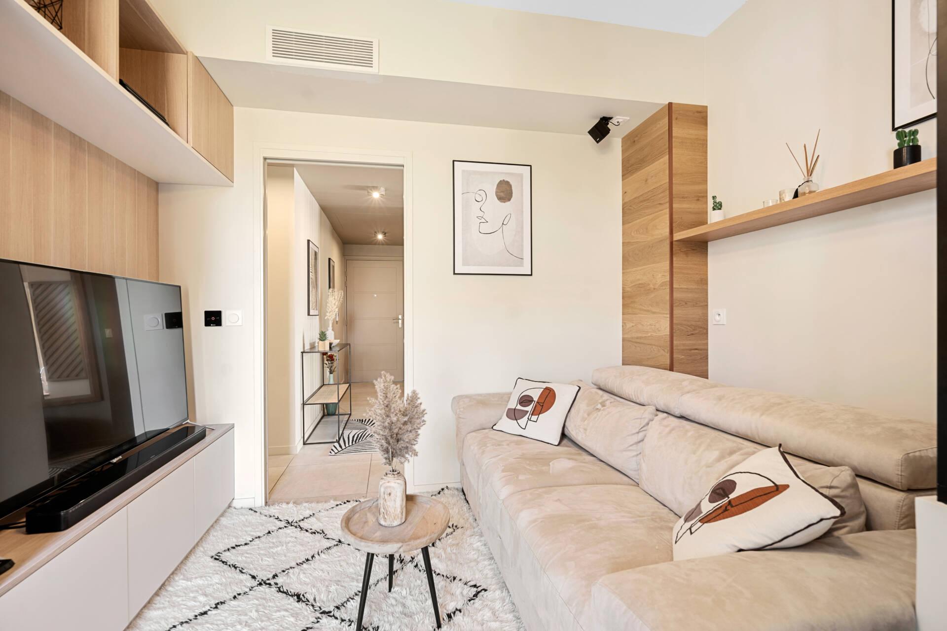 Décoration et agencement Appartement neuf Aix en Provence - salon avec meuble sur mesure bois et blanc, par Myll décors , Agence de décoration à Aix en Provence et dans le Var